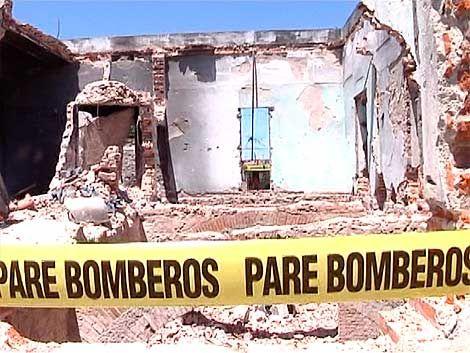 Desalojan a 10 familias por derrumbe de pared de 4 metros