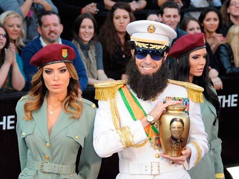 Sacha Baron Cohen desafía a los Óscar vestido de dictador