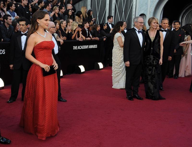 Vestidos con lujosa pedrería predominaron en la alfombra roja