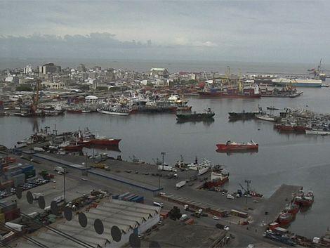 Armada busca el cuerpo de un hombre que cayó al agua en el puerto
