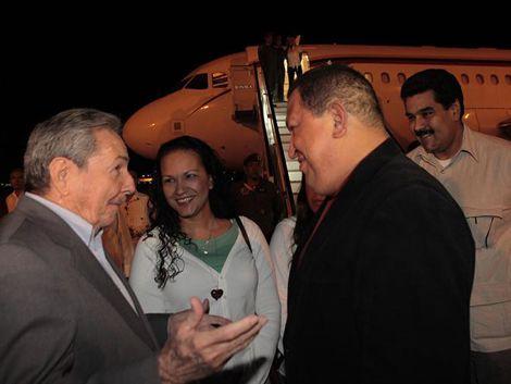 Raúl Castro recibió a Hugo Chávez en el aeropuerto de La Habana