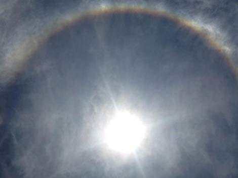 Extraño fenómeno alrededor del sol concita gran curiosidad