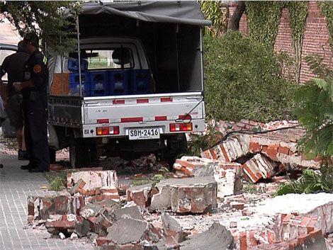 Un muro de 4 metros de alto cayó arriba de camioneta en Belvedere