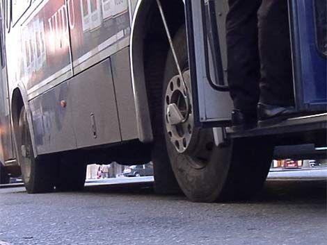 Mujer accidentada tras intentar subir a un ómnibus en marcha