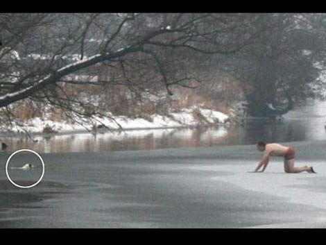 Gateó desnudo sobre hielo para salvar a su perro