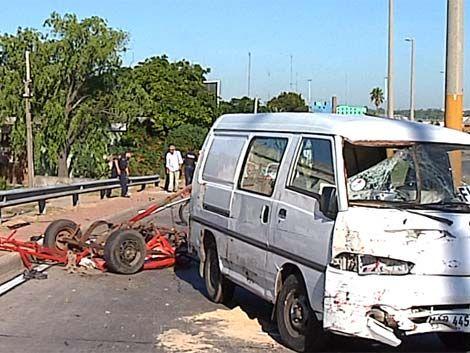 Accidente grave: manejaba carro con caballo y salió despedido