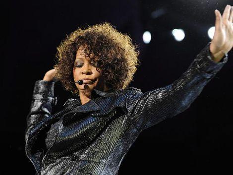 Whitney Houston fue hallada con la cabeza sumergida bajo el agua