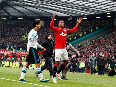 Suárez rechazó saludo a Evra y éste festejó el triunfo en su cara