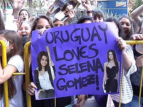Selena Gómez ya está en Uruguay y fue recibida por sus fans