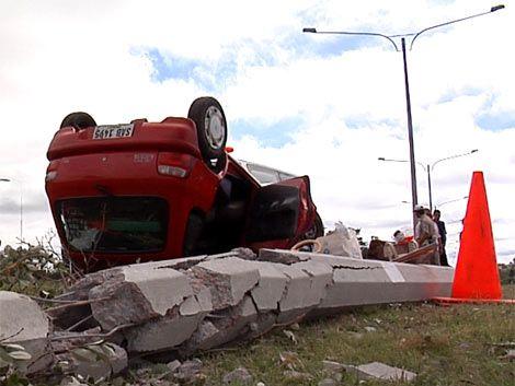 Automóvil chocó contra columna de Ruta Interbalnearia