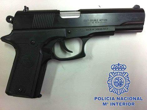 Detienen a padre e hijo uruguayos que robaron 9 bancos en Madrid