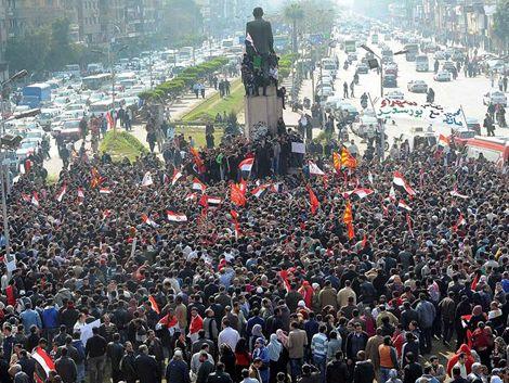 Miles de egipcios marchan tras masacre en un campo de juego