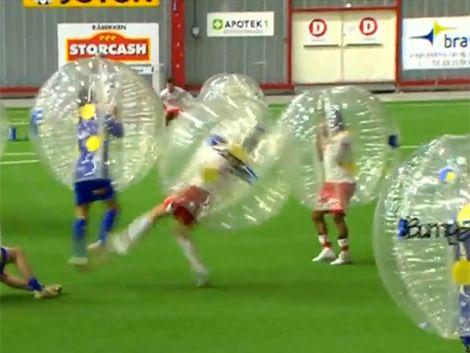 Cansados de las faltas inventaron el fútbol burbuja