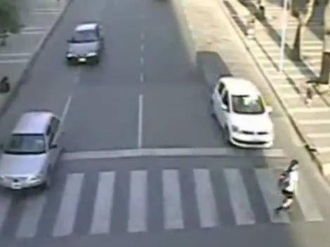 Violento choque a una niña que cruzaba la calle por una cebra