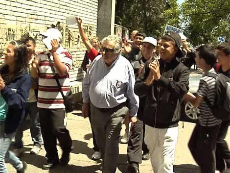 Mujica entregó folletos contra la violencia doméstica en la Unión