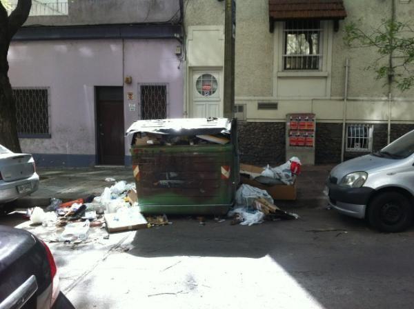 Municipales no levantan la basura y realizan asamblea con paro