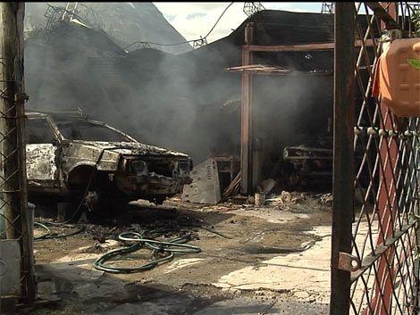 Incendio destruyó un taller mecánico en Barra de Carrasco