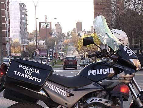 Mujer a la cárcel por apedrear y golpear a policías de tránsito