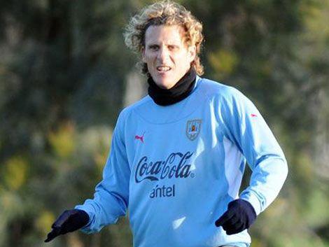 Técnico de Chile celebra que Forlán no pueda jugar