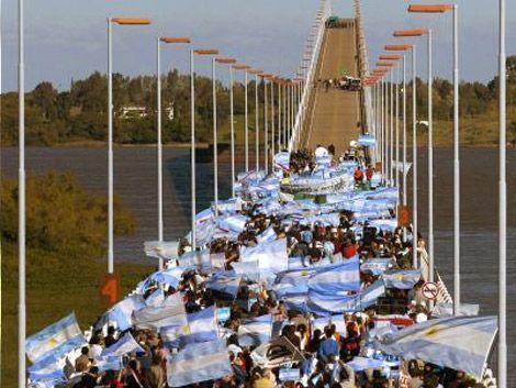 Camaradería y protestas entre Gualeguaychú y Fray Bentos por UPM