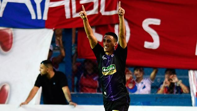 Nacional ganó 2-1 ante Fénix y se quedó con la punta del torneo