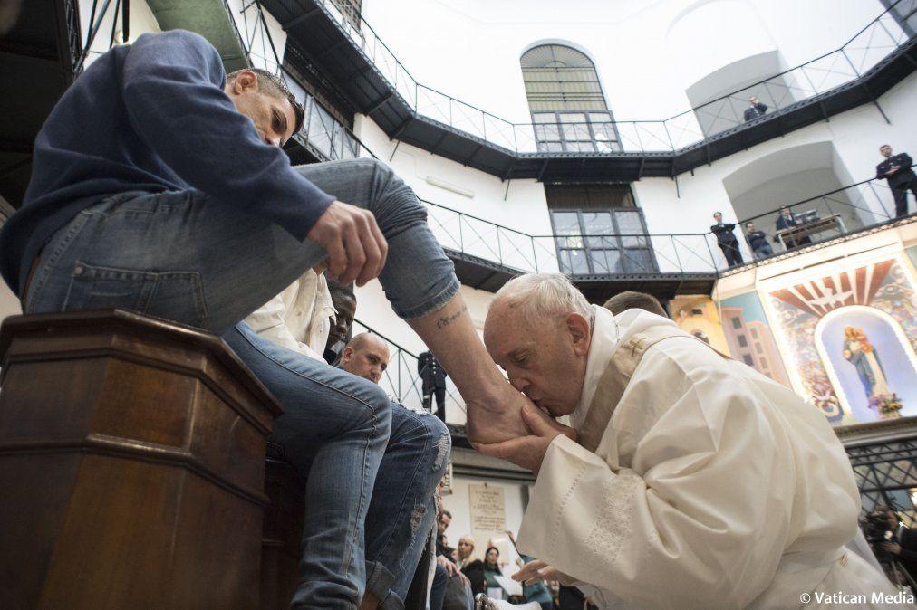 Papa lava los pies de presos no católicos