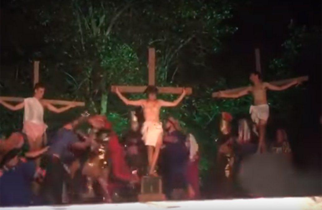 Hombre intenta salvar a Jesús durante representación de la crucifixión