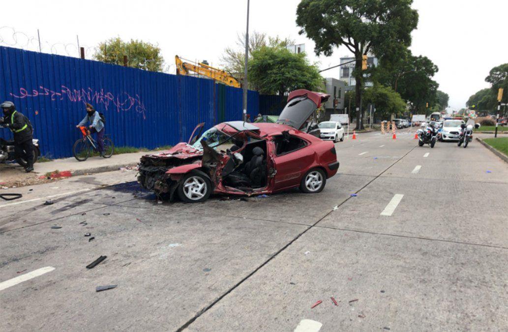 Accidente grave en Tres Cruces: auto chocó de atrás a un ómnibus
