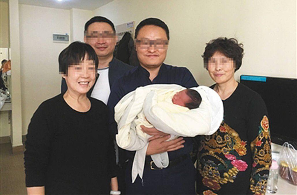 Tiantian junto a sus abuelos