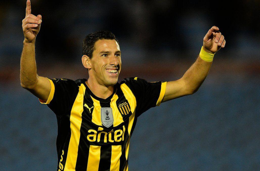 Peñarol derrotó 3-0 a Fénix en el Centenario y ahora lidera el Apertura