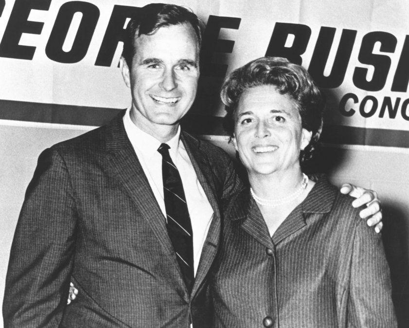 George Herbert Walker Bush posa con su esposa Barbara durante su campaña para congresista en 1960.