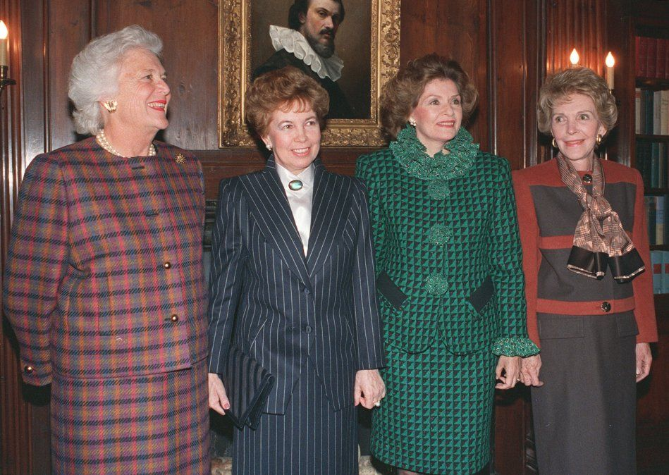 De izquierda a derecha: Barbara Bush