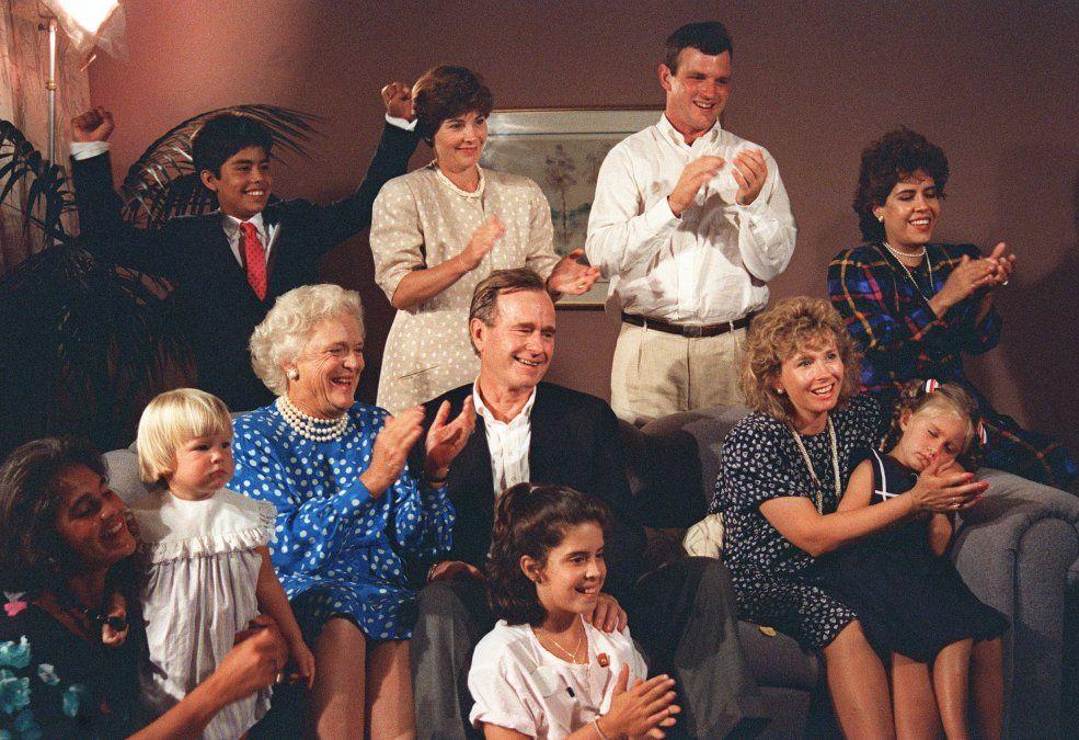 Georges Bush y su familia reaccionan a un show de TV en agosto de 1988
