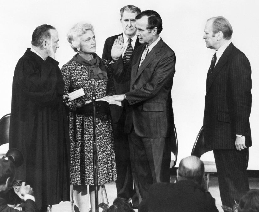 George Herbert Walker Bush fotografiado con el Ministro de Justicia