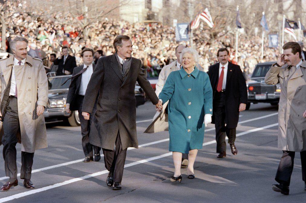 Barbara Bush y George Bush llegan a la Casa Blanca