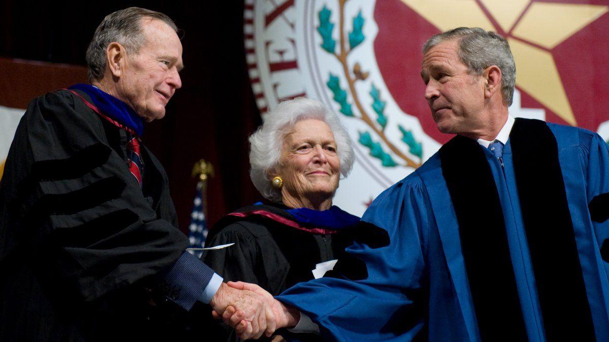 Presidente George W. Bush (derecha) le da la mano a su padre, el expresidente George H.W. Bush (izquierda) frente a su madre, Barbara Bush, luego de participar en una ceremonia de graduación en la Texas A&M University en la Reed Arena en College Station, Texas.