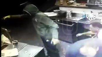 Armados y encapuchados rapiñaron pizzería en Piedras Blancas