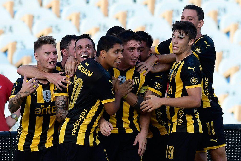 El festejo de los aurinegros tras el gol del Cebolla Rodríguez