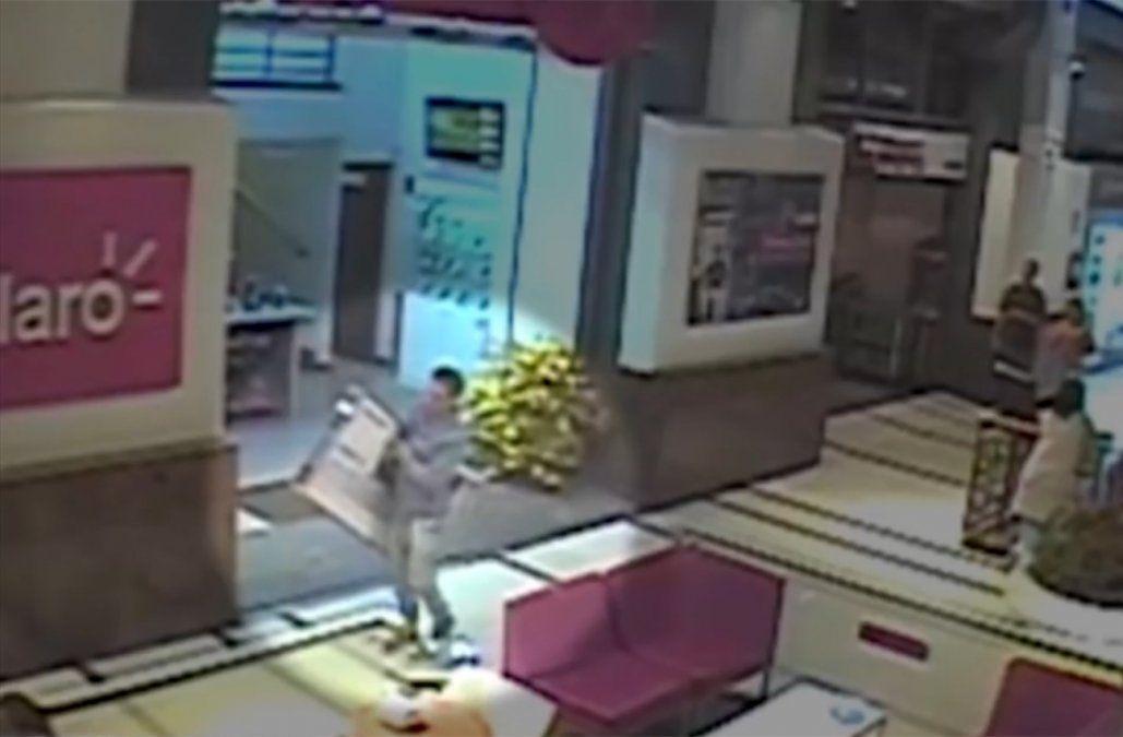 Divulgan imágenes del taxista que robaba televisores en los shoppings