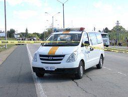Un paciente murió y otros 2 graves tras vuelco de camioneta que los llevaba