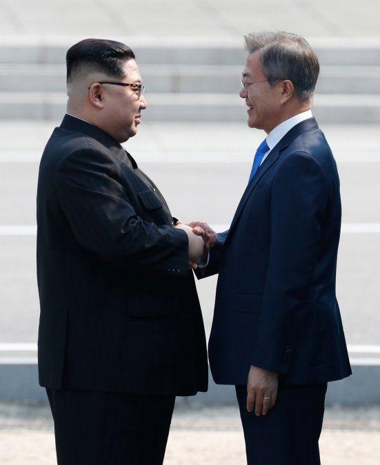 Histórico apretón de manos de Kim Jong Un y Moon Jae-in abre cumbre intercoreana