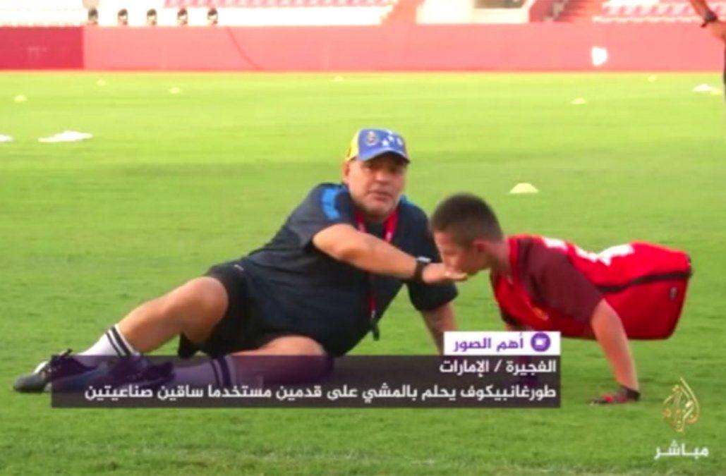 Maradona le cumplió el sueño y jugó al fútbol con un niño sin piernas