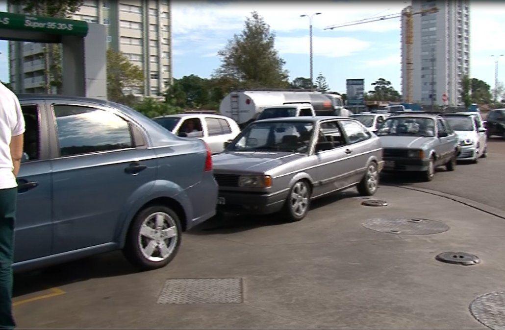 Largas filas en las estaciones por posible falta de combustibles