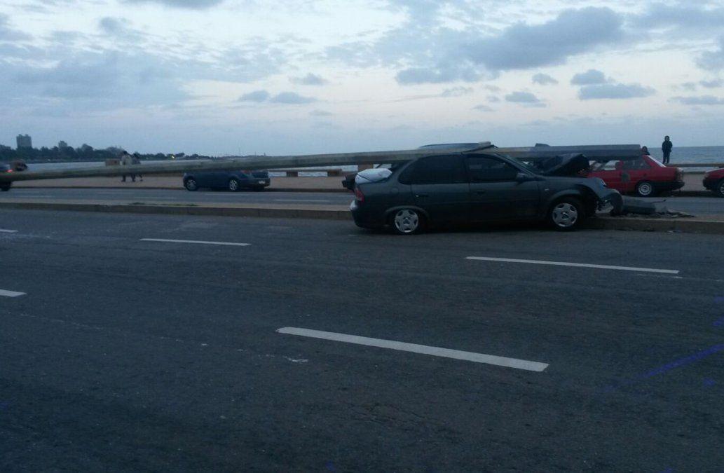 Un joven estrelló su vehículo contra una columna en la Rambla y Ejido