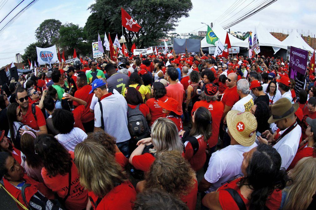 Militantes del Partido de los Trabajadores y del expresidente Luiz Inacio Lula da Silva reunidos para el evento Buenos días Lula