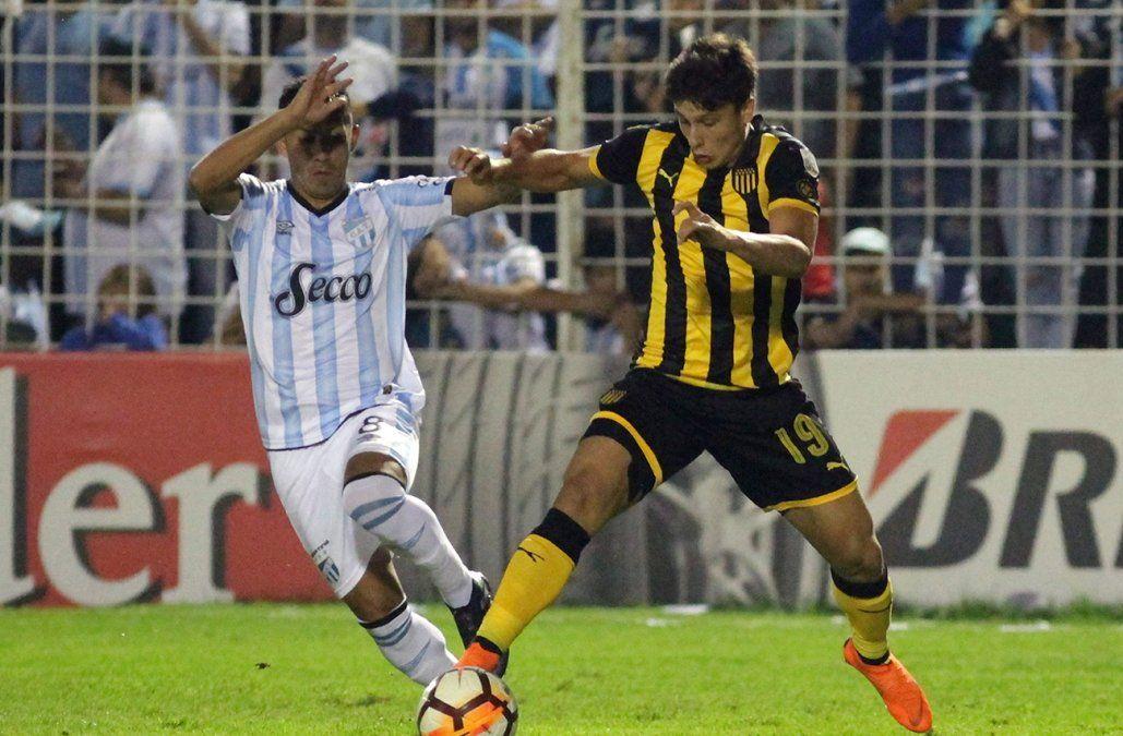 Peñarol perdió con Tucumán y quedó comprometido en la Copa