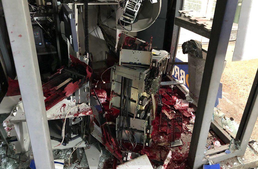 Así quedó el cajero automático en Malvín. La tinta roja deja los billetes inhabilitados