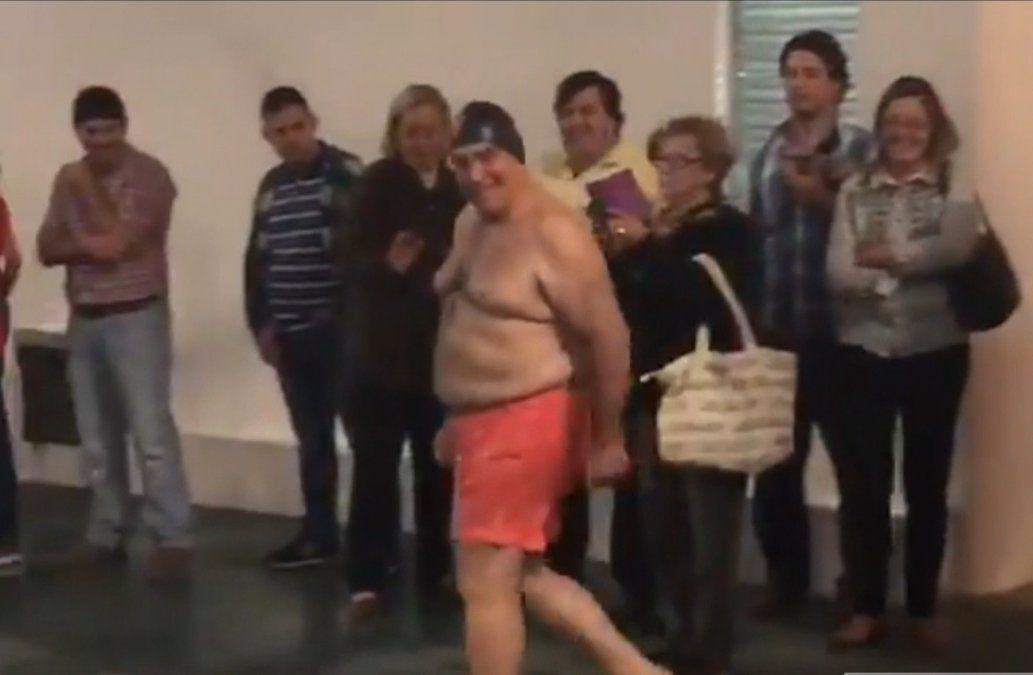 Vidalín inauguró una piscina tirándose al agua de bermuda y gorra de natación