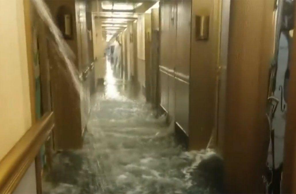 Como en el Titanic, un crucero se inundó mientras navegaba en el Mar del Caribe