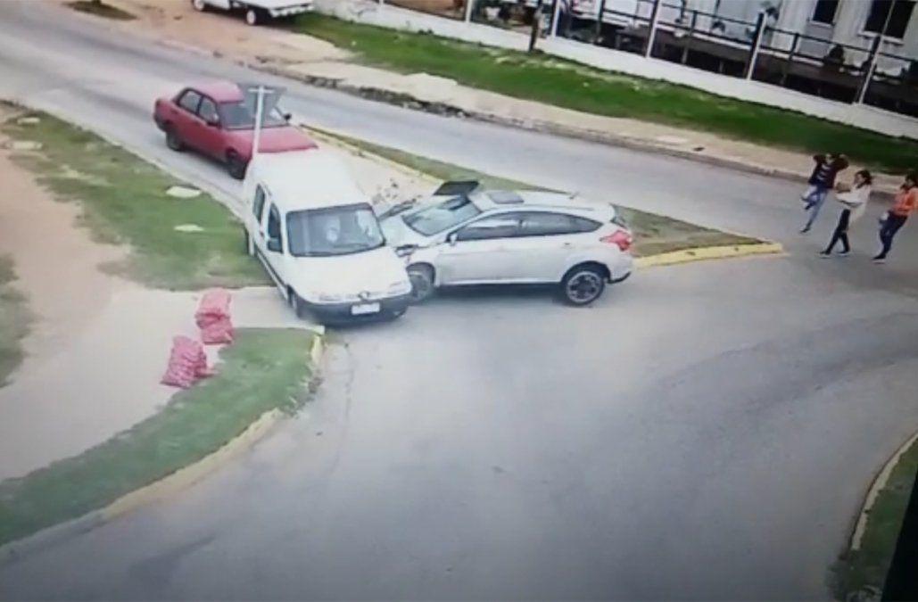 Hombre murió tras violento choque entre auto y camioneta que quedó registrado